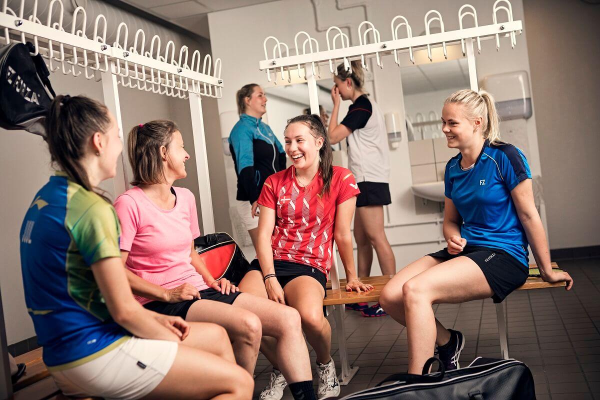 Artikelbillede - piger - medlem - medlemmer - omklædningsrum - klub - klubber - photoshoot - fællesskab - glæde