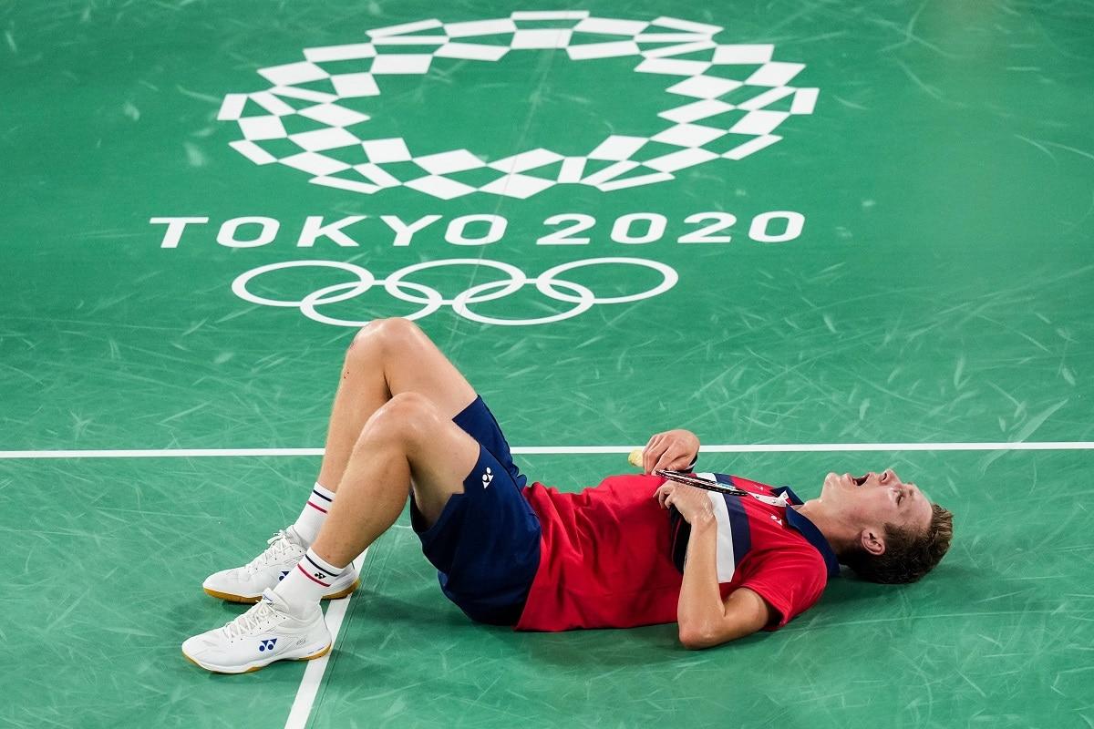 Viktor Axelsen - Kenneth Jonassen - Glæde - gråd - græde - græd - kram - tåre -tårer - OL - Tokyo 2020 - 2021 - Olympics - finale - guld - medalje - guldmedalje - skade - afbud - udkørt - træt