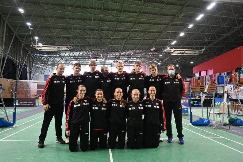 Det danske U 17 landshold med deres to landstrænere